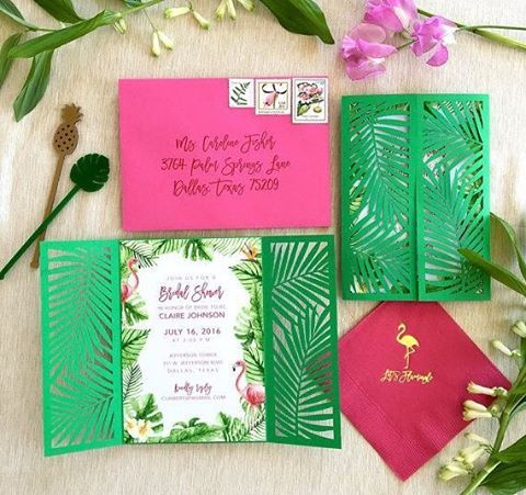 Kit convite: envelope tipo cartão postal + arte com laser e o mexedor de drinks como mimo para os convidados  { by @southernfriedpaper }  #blogcheers #formatura #design #partydesign #convite #kit #invitation #colorful #papelariacriativa #stationery #flamingos #green #pink #verde #rosa #casamento #wedding #formandos #formandas #papelaria #vaiterformatura #tropicalparty