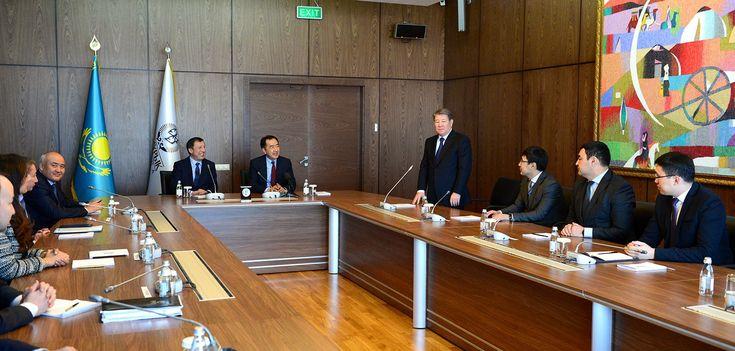 """On behalf of the Head of State, Bakytzhan Sagintayev and Adilbek Dzhaksybekov presented new chairman of the board of SWF """"Samruk-Kazyna""""  Today, on behalf of the President Nursultan Nazarbayev, the Prime Minister Bakytzhan Sagintayev and Head of the Presidential Administration Adilbek Dzhaksybekov presented the new chairman of the board, Akhmetzhan Yessimov, to the staff of the SWF """"Samruk-Kazyna"""" JSC.  http://s.pm.kz/naBg"""