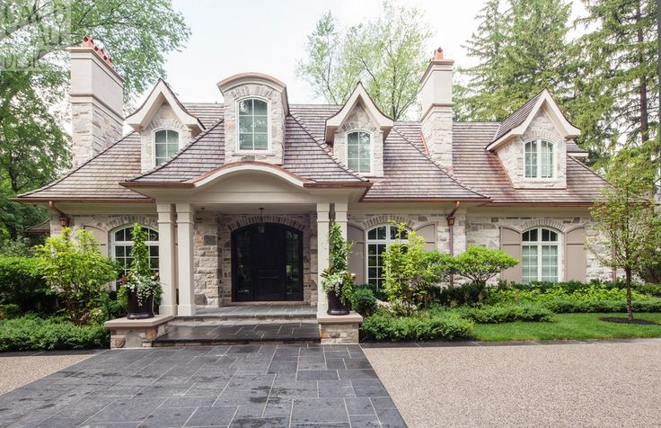 Dormers stone accents above windows with shutters - Casas americanas modernas ...