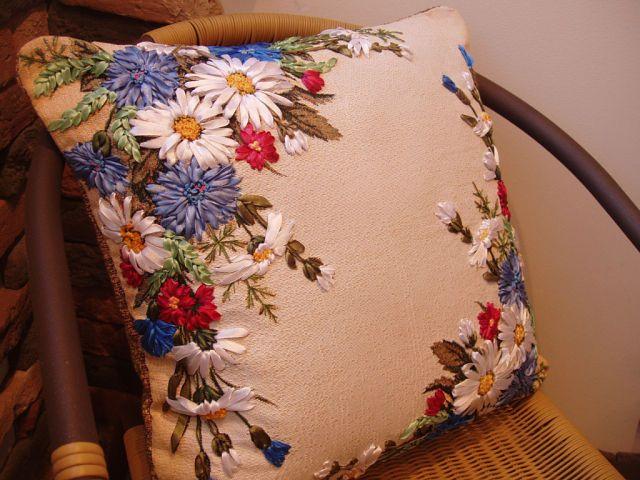 Подушка вышитая лентами