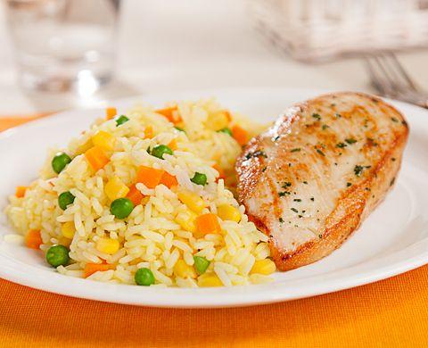 El día de hoy les traemos la receta de Arroz a la Jardinera, ideal para acompañar pollo o carne. Ingredientes: 2 Cucharadas de margarina sin sal. 1 1/2 Taza de Arroz precocido. 1 1/2 Taza de Agua / caldo de pollo sin sal. 1/2 Taza de Granitos de elote enlatados. 1/2 Taza de Zanahorias cortadas …