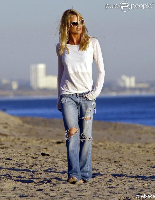 Nicollette Sheridan opte pour le jean troué, pour une touche sexy !