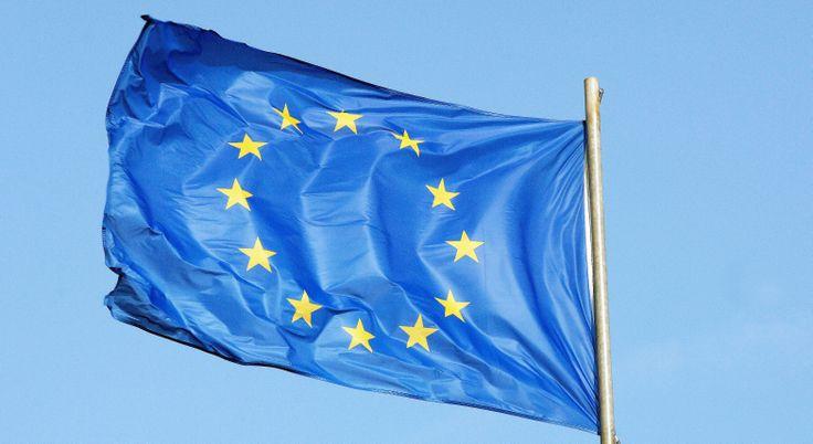 Pourquoi le drapeau européen est-il bleu avec 12 étoiles dorées en cercle ?