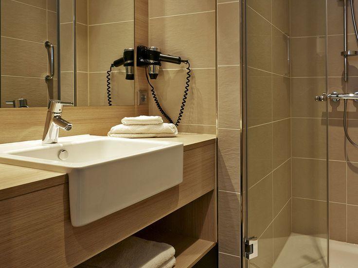 Bad eines Doppelzimmers im H2 Hotel München Messe
