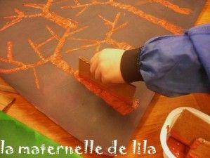 Autre saison, autre technique! Cette fois, pas de collage! les enfants ont passé de l'encre très foncée sur une grande feuille canson, puis avec un bout de carton trempé dans de la gouache marron, ils ont formé les arbres. Puis, au doigt, ils ont dessiné...