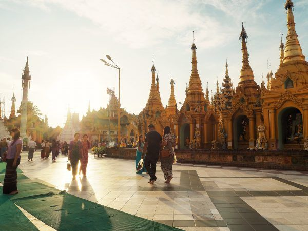 There are two best moments to visit this Shwedagon pagoda: sunrise or sunset. Check our sunrise at Shwedagon Pagoda and a walk in Kandawgyi Park.