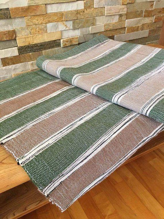 Magnifique jeté ou couverture parfaite pour un demi lit. Tissage à la main. La douceur réconfortante de la laine devient un incontournable pour le bien-être au quotidien. Salon, chambre à coucher, coin lecture, nappe pour pique-nique ou encore se réchauffer au chalet. Un superbe cadeau