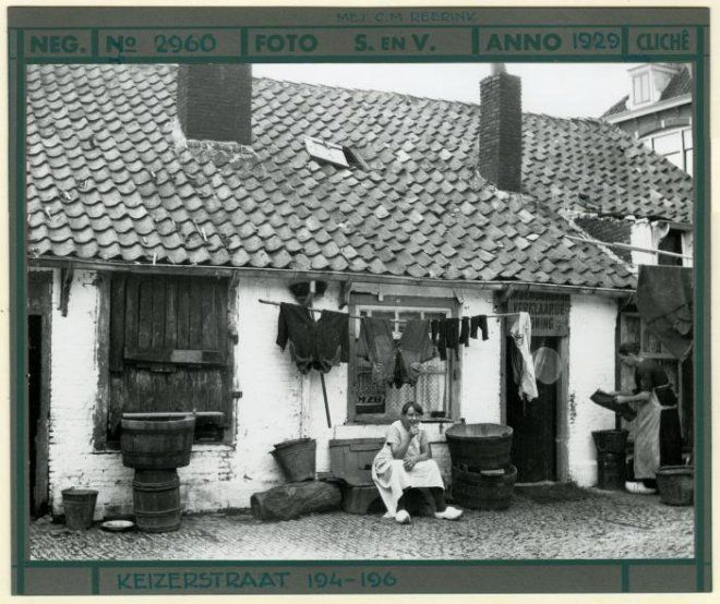 Keizerstraat 194-196, hofje ook wel Bloedpoort en Vredepoort genoemd. 1929 Dienst Stadsontwikkeling en Volkshuisvesting #ZuidHolland #Scheveningen