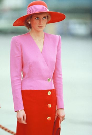 Lady Di usa look Catherine Walker e um chapéu de Philip Sommerville durante a sua visita oficial ao Kuwait, em 1989  Créditos: Georges DeKeerle/Getty Images