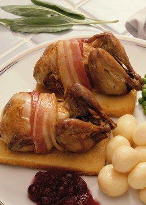 PERDRIX AUX CEPES & MUSCAT (Pour 4 P :  4 perdrix, 8 fines tranches de lard fumé, 1 grappe de raisin muscat, cèpes ou champignon des bois, 8 pommes de terre de taille moyenne, 2 gousses ail en chemise, 2 échalotes grises, 1 oignon, 1 truffe (facultatif), 5 cl de Cognac, 15 cl de muscat ou de vin blanc, sel, poivre et thym)