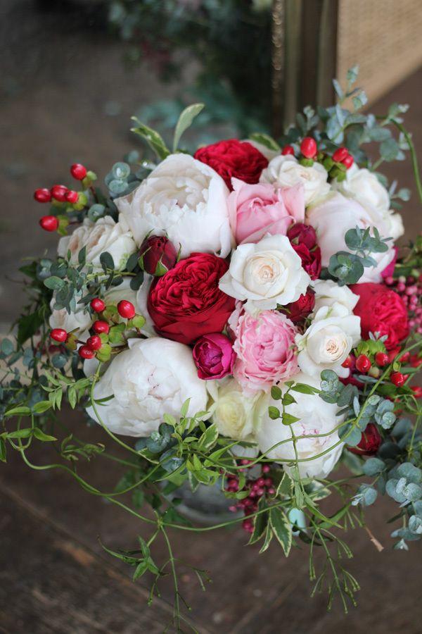 白いシャクヤクと赤いバラを使ったクラッチブーケ。 ユーカリやジャスミン等のグリーンをたっぷり使ってナチュラルに。 bouquet,natural,red,white,rose,peony