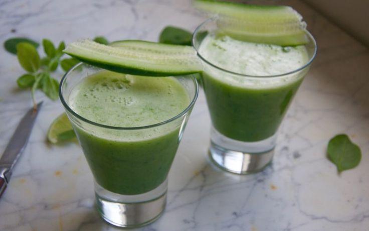 Groene smoothie met komkommer, ananas, kokoswater en basilicum Voor 1 groot glas ½ komkommer, gewassen en in stukjes gesneden 1 handvol bevroren ananas of mango 1 handvol spinazie 6-8 blaadjes zoete basilicum ½ limoen, het sap 100 ml kokoswater 300 ml water
