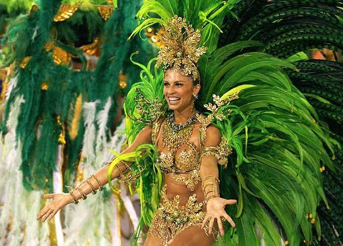"""Momenteel zit ik bij dansgroep """"Ines Mier"""" gelegen te Vilvoorde. Zij is ook bekend in de carnavalswereld en verbaast elk jaar zowel vriend als vijand met haar enorm prachtige kostuums. Dit jaar is is het à la Rio de Janeiro. Met dezelfde frisse, groene kleur + pluimen als de dame op de foto."""