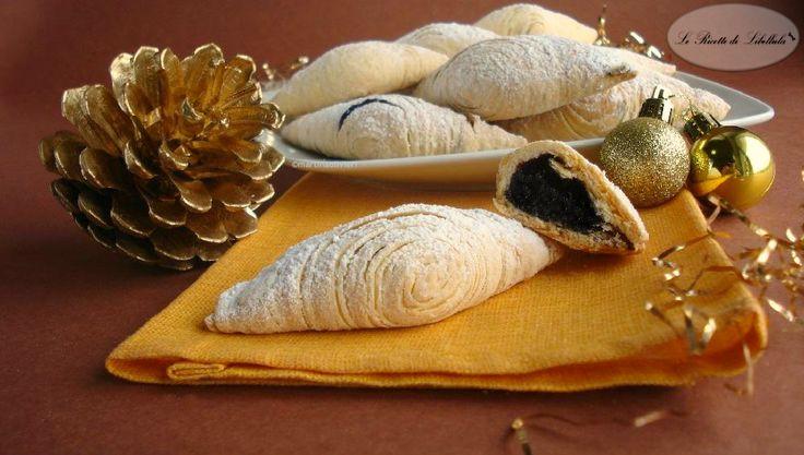 Ricetta delle sfogliatelle abruzzesi. Dolci tipici teramani ripieni di confettura di uva che si preparano durante il periodo natalizio.