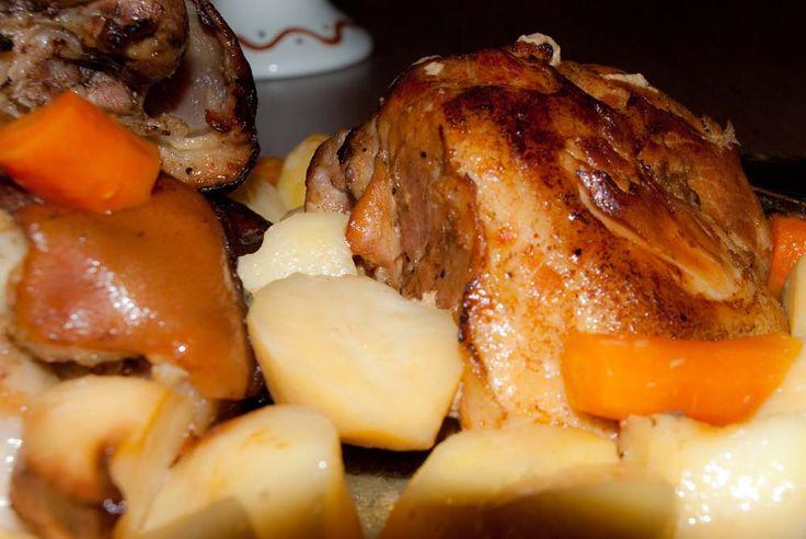 ΥΛΙΚΑ (για 10 άτομα)- 3 κιλά χοιρινό (πλάτη ή μπούτι)- 1½ κιλό πατάτες- 10 καρότα- 6 σκελ. σκόρδο- 4 κουτ. σούπας μουστάρδα- 2 κουτ. σούπας μέλι- Χυμός από 2 πορτοκάλια- 1 ποτήρι κρασιού λευκό κρασί- 1 ποτήρι κρασιού ελαιόλαδο- Αλάτι, πιπέρι- 1 κλαρά