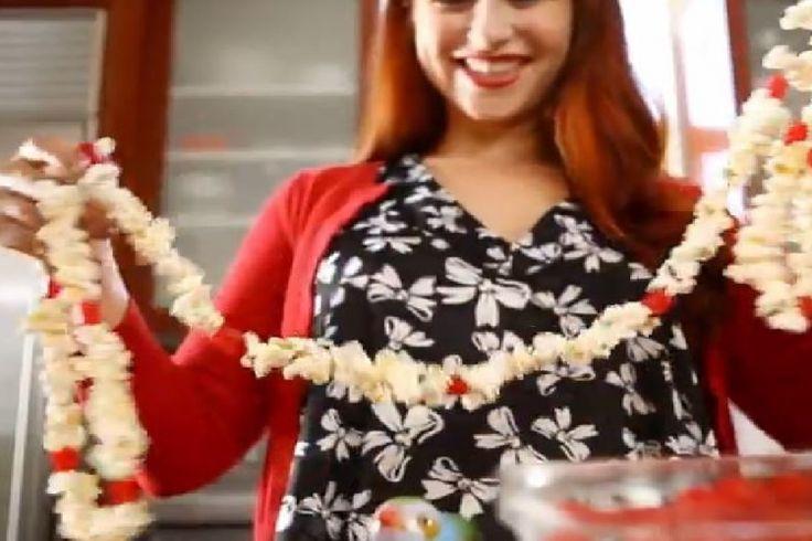 Souvenirs d'antan : Bricolez une superbe guirlande avec du maïs soufflé et des bouts de réglisse rouge :)