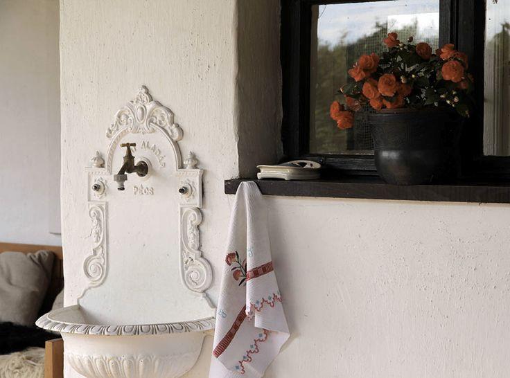 Falikút hímzett törölközővel és virággal / Wandbrunnen, Handtuchstickerei und Blumenem Handtuch