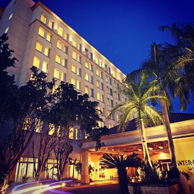 Este hotel, situado en el centro del distrito de ocio y de negocios de San Pedro Sula, cuenta con piscina al aire libre, spa con sauna y centro de fitness. El establecimiento dispone de conexión WiFi de alta velocidad. Las habitaciones del Hotel Real InterContinental son elegantes y disponen de aire acondicionado, TV de pantalla plana, soporte para iPhone, zona de trabajo, ropa de cama de lujo de algodón egipcio al 100%, persianas opacas y ventanas insonorizadas. Además, incluyen set de…