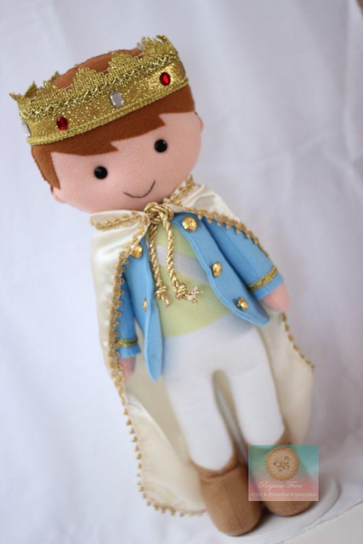 Rei com 45 cm de altura, confeccionado em feltro com manto de cetim.  Pode ser utilizado para decoração de quarto e Festa infantil.