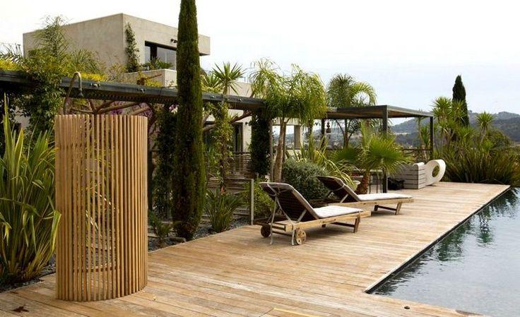 paravent de jardin en tiges en fibre de verre façon bambou, terrasse en bois composite et piscine extérieure