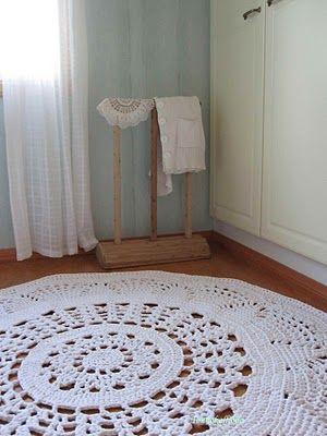 Crocheted doily rug. Finland | Toukokalliolla: Virkattu pitsimatto