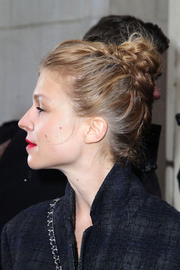 Clémency Poésy tiene un pelo fino; por eso opta por una trenza enrollada creando un moño más espeso. Un peinado ideal para su estilo boho chic.