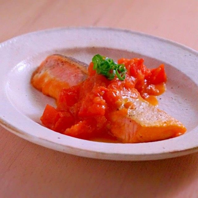 焼き鮭のにんにくトマトバターソースがけ | あさこ食堂