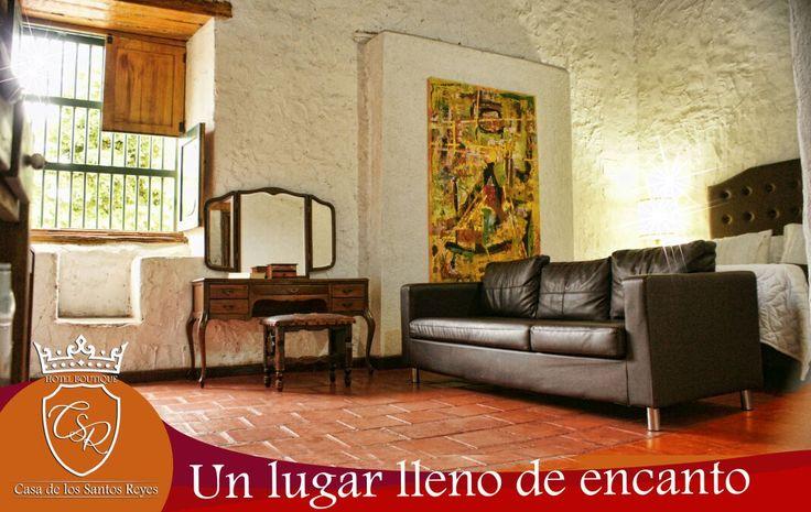 La casa evoca la historia, la arquitectura local,  estructuras de madera,  amplios corredores, pisos coloniales, tejas españolas, colores vivos , y un montón de luz y naturaleza.   La decoración con muebles y artículos de diferentes períodos de tiempo, además de una colección de arte selectivo.