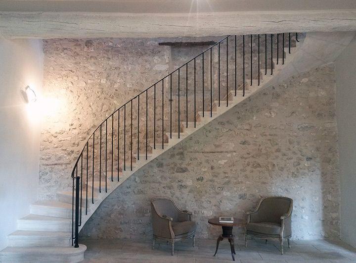 Escalier pierre de taille avec rampe et garde-corps en ferronnerie