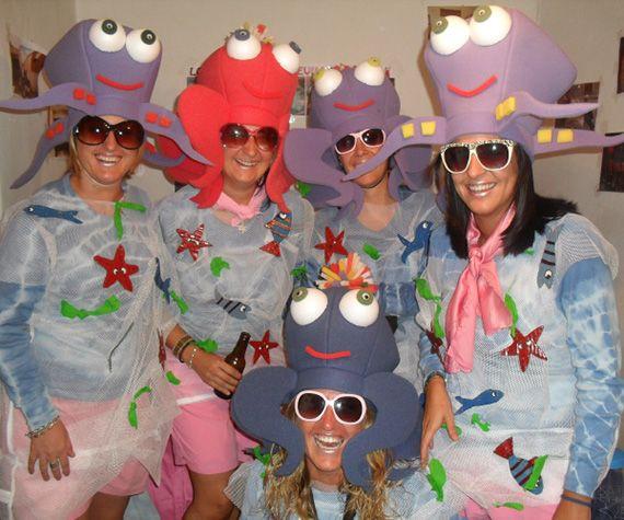 DISFRACES GOMAESPUMA Disfruta y diviértete con el disfraz más divertido y original. En Gorros Lokos, diseñamos divertidos disfraces de gomaespuma y originales accesorios en gomaespuma, y mucho más. Si estás pensando en Carnaval, Halloween, en una fiesta de disfraces, una fiesta temática, una despedida de soltero o cualquier otro evento divertido, y