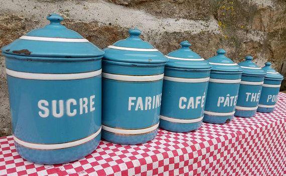 Superbe ensemble gradué d'ancien Français frappant bleu émail de stockage bocaux avec contraste blanc police, cerclage doré met en valeur-circa. des années 1930