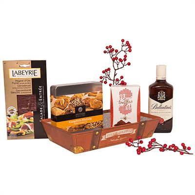Cos cadou pentru Craciun AG03. #Cos pentru #Craciun contine #Whisky Ballantine's Finest, piept de gâscă afumat Labeyrie, cutie metalică cu specialități de patiserie germană, trufe belgiene Chevalier Dame Blanche Confiserie Vandenbulcke. Produsele de calitate vin asezate intr-o tavă de cadouri Voyage Gourmand, decorata cu o fundiță. Cadoul este potrivit ca semn de apreciere pentru angajati si parteneri de afaceri cu ocazia sarbatorilor.