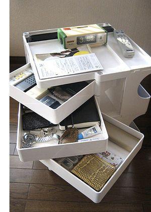 東京の会社員のお宅のボビーワゴン。ソファの横に置いて使用中。リモコン、小銭入れ、時計、ノートPC、新聞、手紙など日常のこまごまとしたものが入っています。