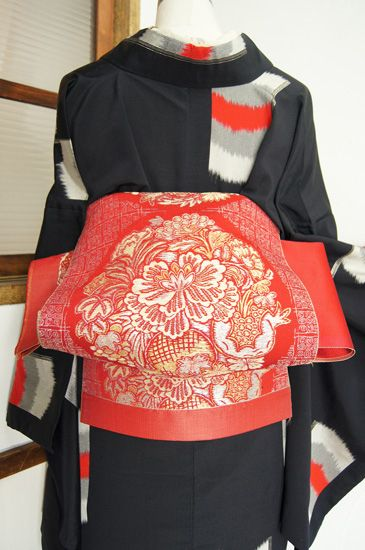 "The knot was created at the time of the festive opening ceremony of the Taikobashi bridge in Tokyo in 1823. Some geisha attending to the event tied their obi in a new, conspicuous way that was thought to resemble the shape of a ""playing card"", ichimai karuta). The knot was a variation of a simple men's knot used then. The knot worn by trendsetting geisha was later adopted by other women. By the creation of the taiko musubi, the accessories obiage, obijime and obimakura were also established."