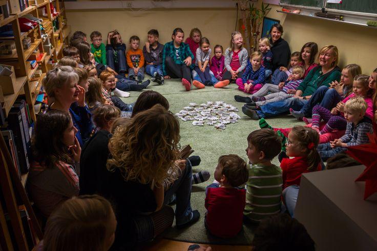 """Weihnachten in der """"Lärche""""  War das ein Gewusel! Plötzlich liefen eine Menge richtig kleine Kinder durch unser Schulhaus. Ganz brav und leise und bestimmt auch erst mal ein bisschen ängstlich. Ziel war unsere Lärche-Klasse.  http://www.montessori-chemnitz.de/de/aktuelles/2015_12_29-weihnachten_in_der_laerche.html"""