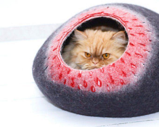 Lit de chat, maison de chat, grotte de chats, animaux de compagnie chien de la maison gris naturel   Cave beau chat fait à la main pour le reste de vos petits amis. Fait de 100 % laine bergschaf écologique, naturel couleur gris foncé. Votre chat aimera nouveau lit car son doux et se sent au chaud. Entretien facile : lavage à leau tiède ; ne pas laver en machine à laver. Rincer doucement dans leau, à laide dun savon ordinaire. Ne pas laver à leau très chaude.  Chat en taille S pour 2-4 kg…