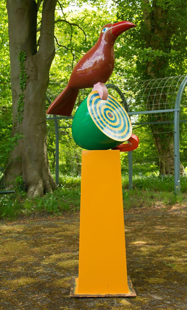 'Nomen Nescio'. Het beeld van Andre Boone verwijst naar het weekend van de vuurwerkramp in Enschede op 13 en 14 mei 2000. Het bestaat uit drie elementen: de sokkel, een omgevallen kopje en soort kraai-achtige vogel. De sokkel geeft het beeld de hoogte van een volwassen mens. Het omgevallen kopje verwijst naar de zonnige zaterdag, waarop veel mensen buiten een kopje thee of koffie dronken. De rust werd verstoord door de explosies. De kraai staat symbool voor de vogels die na de ramp als…