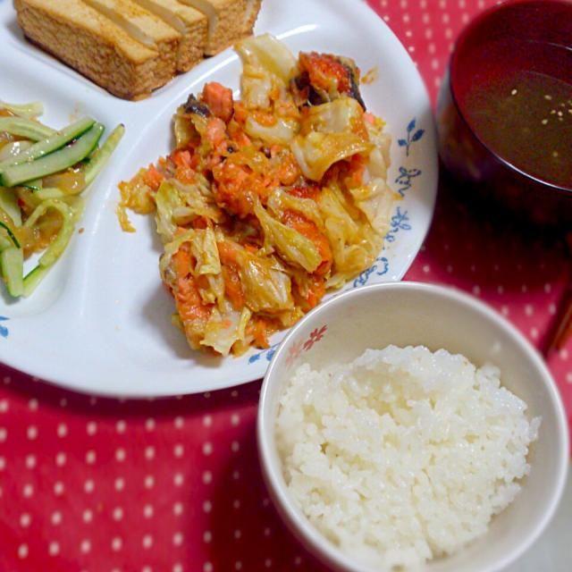 鮭4切れ半額でgetしたので、お安く主菜ができました(^^)  *鮭と春キャベツのオーロラソース炒め *中華クラゲときゅうりのサラダ *豆富揚あげ  *とろろ昆布のお吸い物 *ごはん - 16件のもぐもぐ - おうち晩ごはん*5.21 by danceyuki