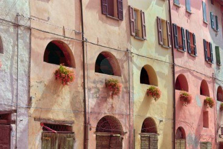 Parete Rosa Antico : parete colorata decorata con fiori di un antico ...