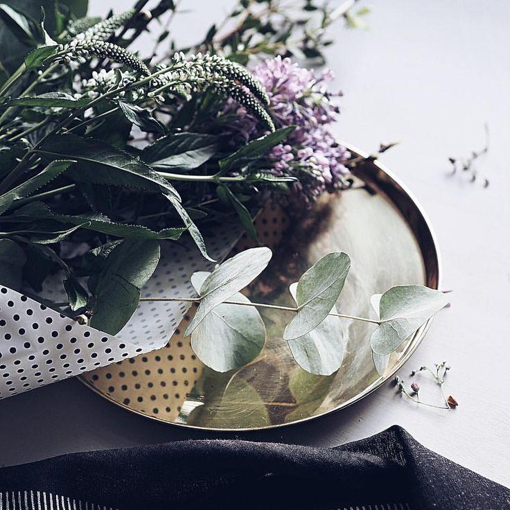 Flowers of the day. Let the spring begin 🌱  #kivilahtikeltanenworkshop @nougatshowroom #kivilahtikeltanen #flowers #instaflower #flowersoftheday #bouquet #gold #details #home #interior #interiör #nordicinspiration #vinkit #botanicalpickmeup #interior4all #BeHomeFree #livefolk #alifeofintention #embracingaslowerlife  #coffeeandseasons #foryourownpath #quietchaotics