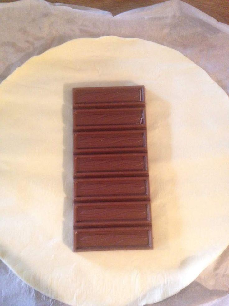 1 pate feuilletée 1 tablette de chocolat Et voila .... Suivez les photos…