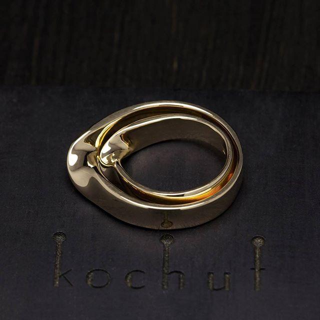 """""""Воспринимай мир таким, какой он есть — бесконечным"""". Город костей (книга). Золотые обручальные кольца """"Лента Мёбиуса"""".  #kochut #jewellery #jewelry #wedding_rings #weddingjewelry #gold #украшения #драгоценности #обручальные_кольца #золото #свадебные_кольца #необычные_украшения #кольца_на_заказ #прикраси #обручки #прикраси_на_замовлення #обручки_на_замовлення #незвичні_прикраси"""