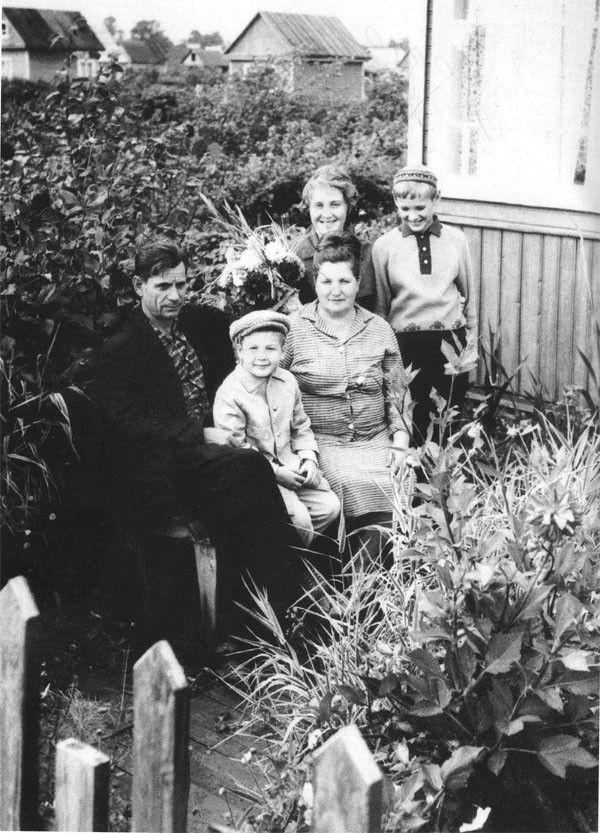 Александр Башлачев с дедушкой, бабушкой, мамой и троюродным братом Василием, 1967 год