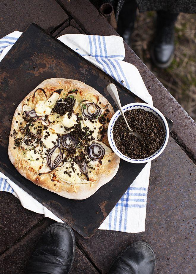 pizza utan tomatsås med prästost, potatis, palsternacka och puylinser.