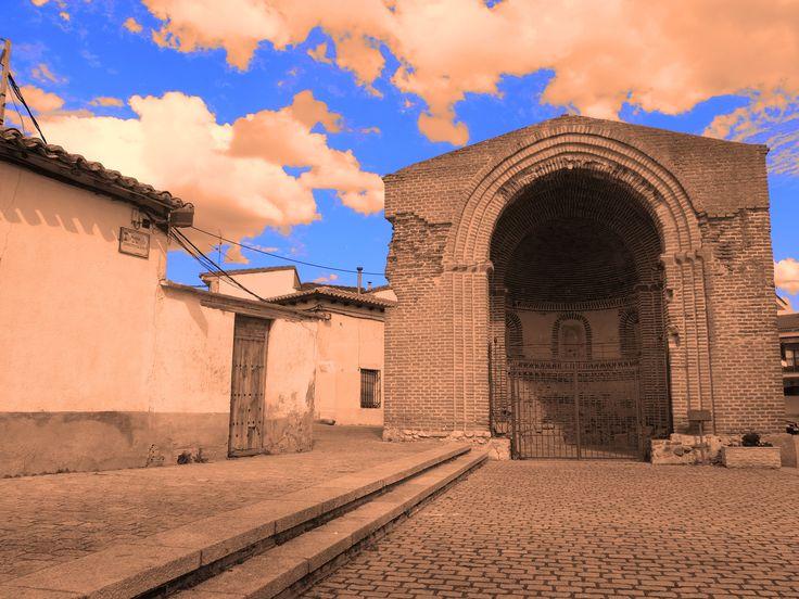 Abside del Milagro. Es lo que queda de una iglesia de estilo románico-mudéjar de los siglos XII-XIII. El arco triunfal es apuntado, ya mas propio del gótico que del románico. Se utilizaron elementos previos para su construcción tales como cazos saguntinos. En los alrededores se ha localizado una necrópolis visigótica.