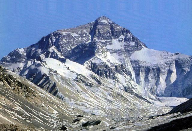51. Monte Everest (China, Nepal) El monte Everest es la montaña más alta del mundo con una altura de 8848 metros sobre el nivel del mar. Está localizada en el Himalaya, en el continente asiático, y marca la frontera entre Nepal y China.