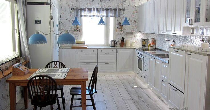 Upea, täyspuinen JUVI-keittiö ja lankkupöytä vanhasta puusta.