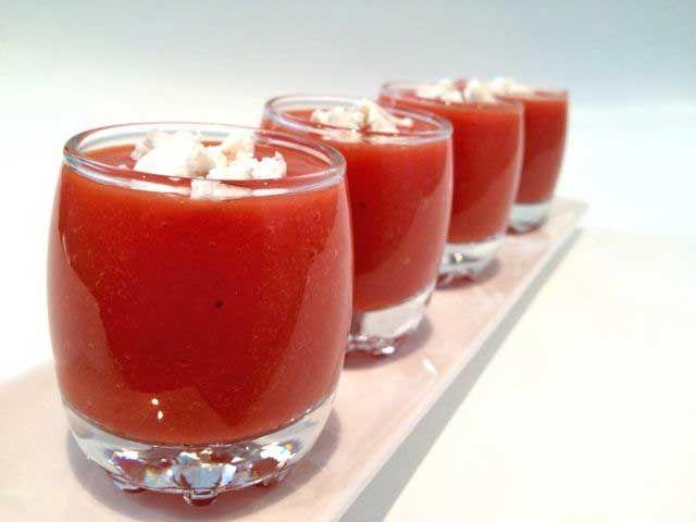 Receta de gazpacho de fresas con queso de cabra