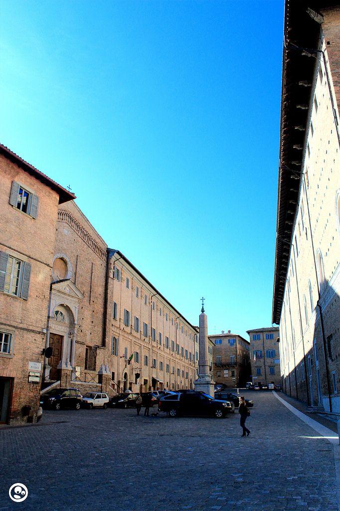 Urbino is a walled city in de Marche region, province of Pesaro n Urbino_ Italy