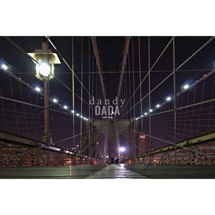 """Web Steel di Piergiorgio PirroneL'opera appartiene alla collezione """"New York"""". In """"Web Steel"""" il fotografo Piergiorgio Pirrone sfrutta la rete metallica del ponte per costruire due piani cartesiani, che culminano nel punto focale: la bandiera americana. Il punto di vista leggermente abbassato non fa che crescere le dimensioni del ponte e l'immaginario del sogno americano.  New York, 2014"""